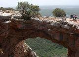 В горах Галилеи подземные воды пробили пещеру. У пещеры рухнул «потолок» и образовался как бы мост, арка, висящая над пропастью в воздухе на большой высоте. С этого моста можно увидеть дали и поселения Галилеи.