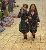 В высокогорном городке Сапа все от мала до велика торгуют поделками. Вот и эти две молодые леди не теряют времени даром.
