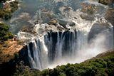 Водопад Виктория находится на реке Замбези, на границе между Зимбабве и Замбией. Он представляет собой захватывающее зрелище устрашающей красоты и великолепия.