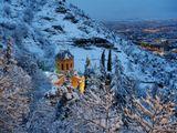 Последний день зимы, в городе в последний раз, покрыв все дороги и крыши, выпал снег. Только включилось уличное освещение, которое осветило теплым желтым светом снег на переднем плане.Февраль 2007-го, Тбилиси, Мамадавити.