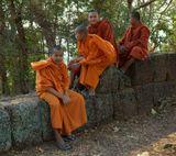 Каждый вечер монахи поднимаются на самую высокую гору в окрестностях Ангкор Вата, чтобы увидеть закат солнца и поблагодарить бога за прожитый день...