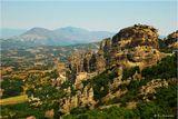 Долина находится в центре Греции, справа - скалы неизвестного происхождения Метеоры, на вершинах которых расположены монастыри.
