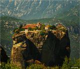 В 16 веке, во время османской оккупации, на территории Фессалиской долины православ-ные греки возвели на неприступных скалах, которые называются Метеоры, 30 монастырей (осталось 6). Причем стройматериалы, провиант и людей наверх поднимали вручную на лебедках. На снимке - монастырь Агиа Триада (Святая Троица).