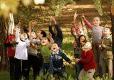 дети увидели на дереве белку и их радости не было предела!