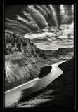 Небо взорвалось, осколками облаков резрезая пространство. Земля превращалась в горы, разбегаясь берегами каньона. И только маленький кораблик сопротивлялся течению, пытаясь сохранить равновесие в этом переменчивом мире ...