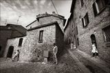 ... маленькие городишки ... никого нет ... только неизвестно каким ветром заброшенные сюда туристы ... (Италия)