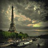 """""""Парижа я люблю осенний, строгий плен, И пятна ржавые сбежавшей позолоты,  И небо серое, и веток переплеты —  Чернильно-синие, как нити темных вен.  Поток всё тех же лиц, — одних без перемен,  Дыханье тяжкое прерывистой работы,  И жизни будничной крикливые заботы,  И зелень черную и дымный камень стен.""""  (Максимилиан Волошин)"""