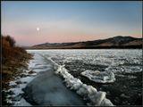 Плывут, спешат, толкаются... Луна как светофор! Друг с другом обнимаются... А впереди -затор..  ------------------ Ледостав на реке Селенга. Бурятия, ноябрь месяц.
