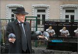 Этот Киевский музыкант  стоит по выходным  в самом низу  Андреевского спуска .