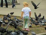 Очень понравился этот момент!!!! Девочка долго бегала и уговаривала голубей взлететь. Pentax ist DS ,16-45DA