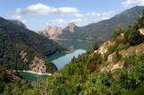 Озеро находится в горах на высоте 750 метров от уровня моря.