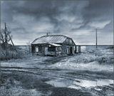 Деревянный, замшелый, убогий, С покосившимся напрочь крыльцом. Старый домик у самой дороги Русский дедушка с добрым лицом...