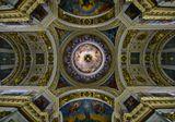 Купол Исаакиевского собора. В центре купола находится голубь, символизирующий Святой Дух. Восстановлен в 1986 г.В советское время, на месте голубя находился маятник Фуко (установлен в 1931г.),12 апреля 1931 года с показа опыта с самым большим в мире маятником Фуко в Исаакиевском соборе был открыт антирелигиозный музей.Сейчас собор является одновременно и музеем и действующим православным собором, богослужения совершаются по  праздникам.