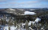 """Ruka_Kuusamo.Finland Rukatunturi (500 м) - самая высокая и знаменитая сопка в Куусамо Valtavaara (491 m) находится к северу от сопки Rukatunturi. На вершине горы стоит избушка, ранее использовавшаяся лесными пожарниками, а в настоящее время служащая дневным местом отдыха для туристов Pyhavaara (""""pyha"""" означает святой) -возвышенность высотой 461 м, с голой вершиной и каменистым южным склоном, круто спадающим к озеру Pyhajarvi."""