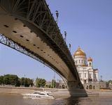 Москва,столица,погожий деньрека,катер,храм Христа Спасителя,мост,