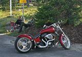 """Компания Harley-Davidson была основана двумя друзьями (Уильямом Харли и Артуром Дэвидсоном) в 1903 году. Эти, тогда 20-ти летние, парни собрали в деревянном сарае (площадью 3х4 метра) свой первый мотоцикл. А на двери того сарая было гвоздем нацарапано """"Harley Davidson Motor Company"""" - вот так рождалась легенда."""