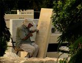Работник кладбища при исполнении служебных обязанностей.