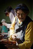 """Тибетское гостеприимство.  Хозяйка у себя дома угощает гостей """"сладким чаем"""" - сладкое горячее молоко яка."""