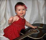 Дитя добралось до отцовской гитары...