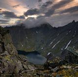 Приполярный Урал, озеро под перевалом Неприступный. В облаках прячется пик Комсомола.