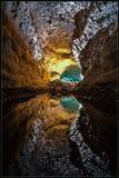 Зелёная пещера(Cueva De Los Verdes)-главная достопримечательность о.Лансароте(Канарские острова).Это одна из самых больших лавовых пещер в мире-она протянулась на 6 километров,некоторые её залы достигают 24 метра в ширину и 15 метров в высоту.Пещера образовалась, когда река расплавленного базальта из бокового кратера продолжала течь под остывшим и затвердевшим слоемлавы вниз,в море.