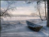 Словно стали чужие на время.Между ними стужа и лед.Это зимнее тяжкое бремя...-Только в море лодка живет!----------------------Лодка на берегу замерзающего Байкала. Постепенно намерзающий лед все дальше и дальше отделяет ее от воды...