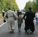 На самом деле, они его подхватывали за руки, а мальчик болтал ножками)) В общем всем было весело...))