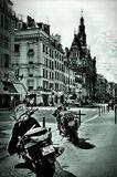 Мотоцикл в Париже удобнее, чем автомобиль: пробки не страшны и припарковаться не проблема. Но ездить без шлема запрещено законом. Мотороллеры в Париже весьма популярны — их можно парковать где угодно, и к тому же на мотороллерах с объемом двигателя меньше 125 куб.см можно ездить без прав. Нельзя ездить без шлема и превышать скорость. Впрочем, последнее правило местная молодежь не особо соблюдает.