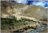Дымная дымка между горамиСтелется плавно, обвивая хребтыГоры облиты закатным сияньем,Гранатом сверкают Гималаев хребты.