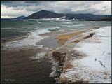 Бродя по сибирским просторам, Словно бездомный щенок, Прибилась Зима к Байкалу, Чтоб он приласкать ее мог... ------------------------ Декабрьский шторм на Байкале.