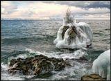Именно так - нарастающая изо дня в день :) Стараниями морозов и хрустальных вод Байкала.-----------------------Известное место на Байкале - скальный камень Черепаха. На заднем плане виден самый большой остров Байкала - Ольхон. Декабрь месяц.