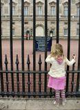 Лондон Букингемский дворец девочка ограда