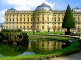 """Вид на Дворец """"Резиденция"""" в Вюрцбурге (Германия). Сооружен в 1687-1753 годах зодчим Бальтазаром Нойманом и считается одним из прекраснейших дворцов в стиле барокко в Европе.  Город был полностью разрушен во время бомбежки в марте 1945, но свод дворца и знаменитая фреска Тьеполо (самая большая фреска в мире), венчающая великолепную лестницу здания, уцелели. Дворец включает более 340 помешений, его сравнивают с Версалем."""