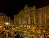 В Фонтан Треви принято бросать монеты: первую — чтобы вернуться в Рим. Вторая монета по легенде поможет встретить итальянца. Третья — гарантирует бракосочетание.Насколько людно, для сравнения http://www.lensart.ru/picture-pid-2d151.htm?ps=c