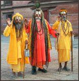 Пожалуй с этой красочной троицы я должен был открыть серию фотографий, посвященных Непалу. Так приветливо встречают в Катманду чужеземцев. Непальцы народ гостеприимный, без всяких предубеждений относящийся к любой культуре, религии, образу жизни и нравам, поскольку и сами причудливо сплели в своей жизни нравы и обычаи многих народов Азии. Мы по привычке часто называем Непал королевством, хотя с 28 мая 2008 года страна стала республикой. Королевской семье дали две недели на сборы и ее члены навсегда покинули родину. Первым премьер-министром стал коммунист.