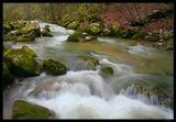 Вдоль хребта Юры открываются великолепные виды, но в ущельях еще можно  отыскать горные речки, которые по весне бурно стекают в озера.