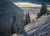 Снято почти на закате, солнце скоро уйдет за горы и долина погрузится во тьму. Но пока оно ярко подсвечивает и склоны и облака ))