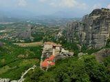 Святые Метеоры – это монашеская страна в горах, расположенных примерно в 20 км. к северу от города Трикала,один из крупнейших монастырских комплексов в Греции, прославленный, прежде всего, своим уникальным расположением на вершинах скал.
