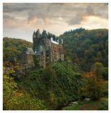 Замок Бург Эльц (Burg Eltz) - величавый средневековый замок, разместившийся среди холмов на северном берегу реки Мозель, между городами Кобленц и Трир в Германии. Замок находится в 29 км к северо-востоку от Кохэма и в 29 км к юго-западу от Кобленца. Бург Эльц окружен густыми лесами и рекой Эльцбах, северным притоком Мозеля. Когда-то он был расположен вдоль важного торгового пути между богатыми сельскохозяйственными землями и их рынками. Замком по