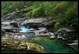 Кантон Тичино - это итальянская атмосфера, теплый климат и глубокие ущелья меж хребтов Альп, в которых текут реки и набираются озера. Кадр снят вниз по течению реки Верзаска.