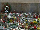 У стен Польского посольства в Вильнюсе.