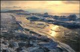 Укрытый от лютующих морозов,Седой Байкал застыл, но чутко спит.И теплых в ожидании прогнозов,Вздыхая, покрывалом шевелит...--------------------------------Это так и происходит- совсем недавно здесь был гладкий лед, но вот Байкал шевельнулся, не просыпаясь окончательно и возникли складки :)Торосы на Байкале.
