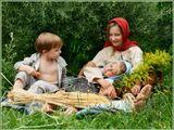 """Каждое лето дети с удовльствием отправляются на экскурсию в прошлое, а  мы, бабушки-экскурсоводы, радуемся, глядя на них. Год спустя после """"Пшеничной сказки"""" (см. предыдущую фотографию)."""