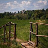 ворота,поле,одуванчики,лето,церковь,деревня