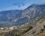 Южнее старинного города Бриансон  (Франция), самого высокогорного в Европе (1300 м над ур. моря).  На дороге N94 к перевалу де Варс. В этих местах проходит велотур Tour de France.