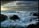 """Атлантические волны вдоль берега острова La Palma были не особенно приветливыми. В сочетании с острыми камнями вулканических пород вдоль вcего побережья, они будто напоминали об опасности, таившейся в глубинах океана, и не позволяли совершенно вступать с ними в """"телесный"""" контакт . Но повинуясь желанию их покорить, я приближалась как можно ближе к этим брызгам и пене, делая все новые кадры, пока таки меня не окатило с ног до головы соленой водой. ))"""