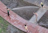 девочки носились по всему нашему огромному двору за струей воды, пытались угадать, куда в следующую минуту полетит струя, прыгали на шланг, потом решились..снято из окна 9 этажа.