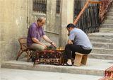 Баку, старый город. Конец июня, туристов не так много, яемпионат мира тоже в стороне, как тут не отдохнуть мозгами. Хотя чаще всего народ с большим азатром играет в домино или нарды.
