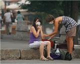 Центр Москвы, 4 августа.Марлевые повязки на лицах, бутылка воды в руке - а что ЕЩЕ мы можем сделать? ... ((((