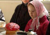 Фото сделано в женском монастыре г.Иваново во время пасхальной трапезы. Девочка раньше жила в детдоме, но была удочерена друзьями монастыря. Теперь она приходит на все монастырские праздники :)))